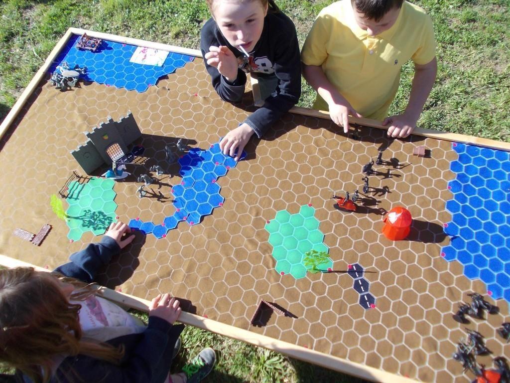 Battaglie per Soldatini Medievali - Un gioco creato ed inventato da noi per adulti e bambini. Un modo nuovo per far continuare a giocare gli adulti e un regolamento semplicissimo per far divertire i bambini! Plancia a scacchiera esagonale - Disponibili anche soldatini WWII, CowBoys e Indiani, etc..