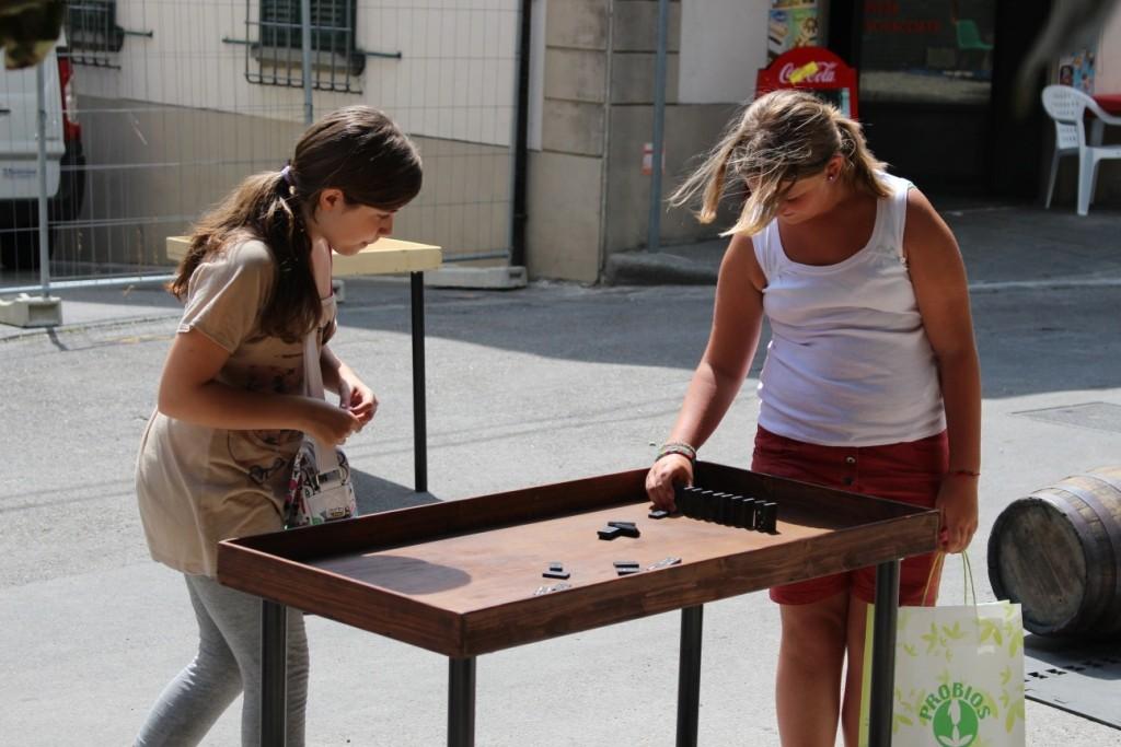 Domino - Uno strepitoso gioco che può essere giocato sia nel più classico dei modi, sia nella versione anni '80 in cui si impilano le tessere creando vere e proprie strade e poi buttando giù le tessere a cascata!