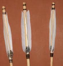 Incollare le penne tagliate all'asta della freccia