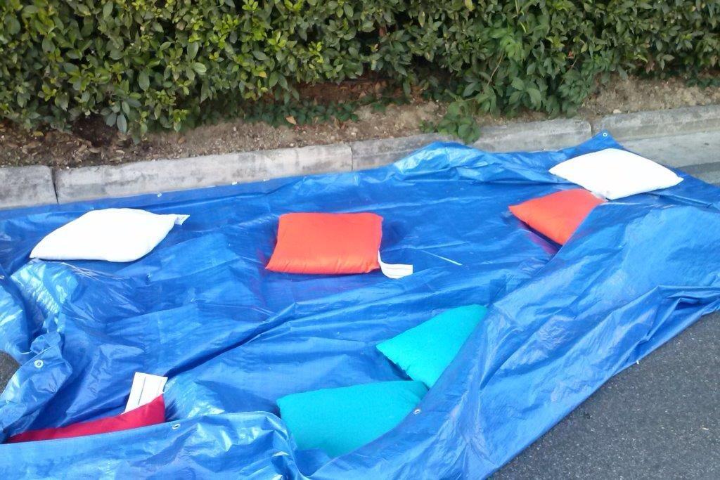 Pelele - Gioco Collaborativo - Si gioca in quattro, lo scopo è quello di far saltare uno o più cuscini o un pupazzo più in alto possibile senza farlo cadere, utilizzando un telo.