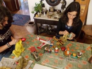 Pulire e catalogare i giocattoli antichi