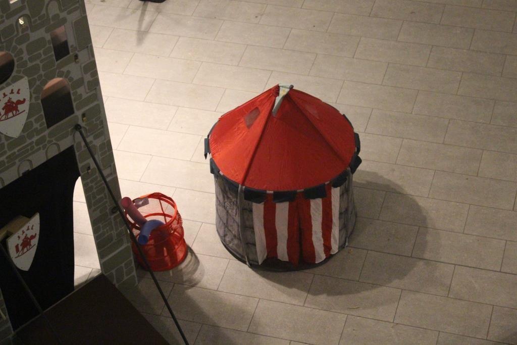 Tenda dei Cavalieri - Un allestimento di colore che  piace molto anche ai più piccoli. Insieme monta una gabbia per portare le lance dei cavalieri!
