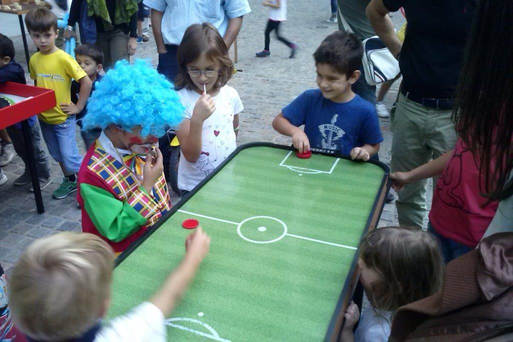 Speedy Football - Un piano liscio come l'olio, potenti getti di aria compressa spingono a velocità incredibili il disco! Chi vincerà tra i due concorrenti?!!
